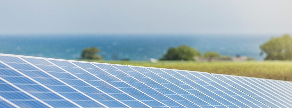 Simris solcellsanläggning med havet i bakgrunden